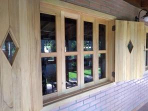 vidro comum na janela de madeira