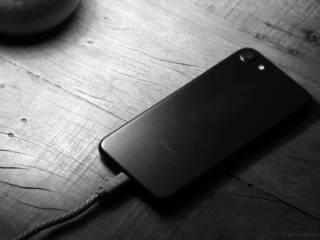 Deixar seu iPhone carregando a noite inteira danifica a bateria?