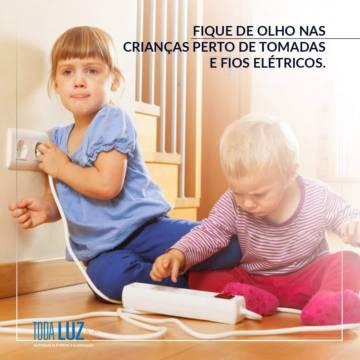 Fique de olho nas crianças perto de tomadas e fios elétricos