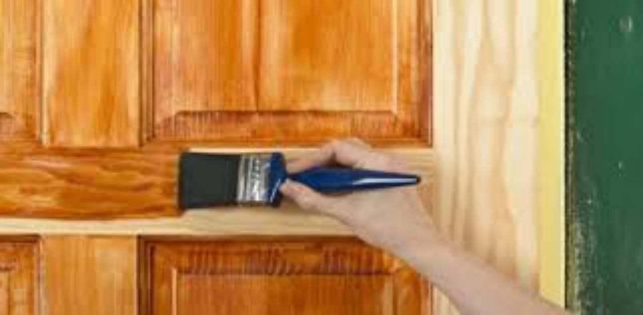 Equipe especializada em tratamento de portas e janelas de madeira, por 3B Pinturas