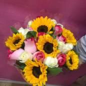 Buque de Rosas coloridas com Girassois