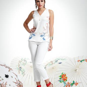 Comprar o produto de Regata branca com flores trico sublima Absolutti em Roupas e Acessórios pela empresa Loja Ego - Moda Feminina Multimarcas em Botucatu, SP por Solutudo