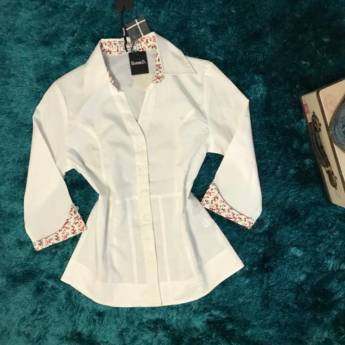 Comprar o produto de Camisa basica branca com manga e gola florida BARREDS em Roupas e Acessórios pela empresa Loja Ego - Moda Feminina Multimarcas em Botucatu, SP por Solutudo