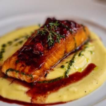 Comprar o produto de SAUMON GRILLÉ & FRUITS ROUGE em  Peixes & Crustaceos pela empresa Restaurante Quintal do Gui em Atibaia, SP por Solutudo