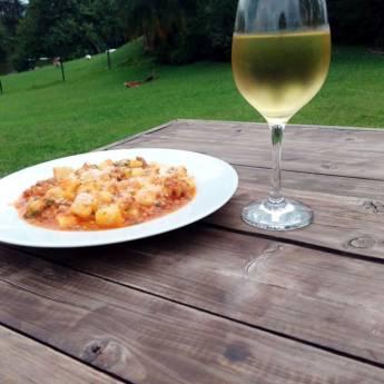 Comprar o produto de Gnocchi acompanhado com um taca de vinho branco em Pratos À La Carte pela empresa Paisà Trattoria  em Itupeva, SP por Solutudo