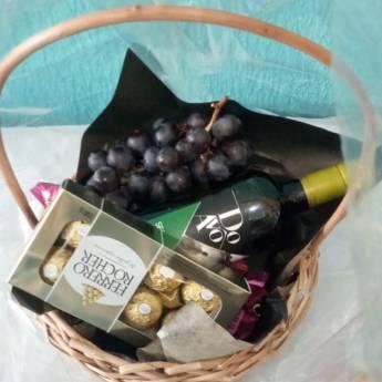 Comprar o produto de Cesta de Vinho, Chocolates e Uva  em Alimentos e Bebidas em Foz do Iguaçu, PR por Solutudo