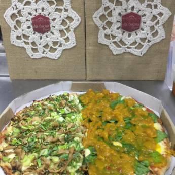 Comprar o produto de Pizza de Shimeji com alho poró (Lado Esquerdo) / Pizza de Espinafre c/ Chuteney de Manga em Pizzas pela empresa Na Chácara Pizzaria em Botucatu, SP por Solutudo