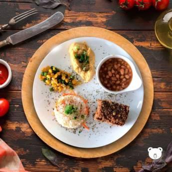 Comprar produto Quibe assado de lentilha e berinjela, arroz com cenoura, feijão carioca, refogado de milho com ervilha e hômus de grão de bico em Vegetariano | Vegano pela empresa Mesa Veggie Bar & Restaurante em Marília, SP