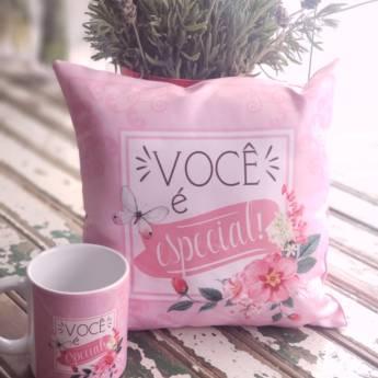 """Comprar produto Kit Almofada e Caneca com a frase """"Você é especial!"""" em Kits pela empresa Flor & Cia Rosário em Atibaia, SP"""