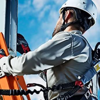 Comprar o produto de Trabalho em Altura (NR 35) em Treinamentos pela empresa CESMET - Centro Especializado em Segurança e Medicina do Trabalho em Atibaia, SP por Solutudo