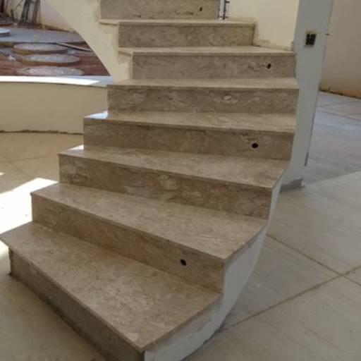 Revestimento de escada por Copedras Marmoraria
