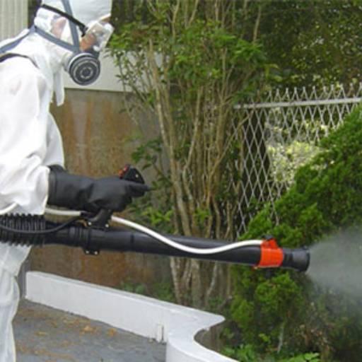 A atomização é aplicada por um atomizador composto por um reservatório onde a calda fica armazenada, um ventilador movido por um motor que produz uma corrente de ar de alta velocidade e pressuriza o inseticida formando uma névoa fina.