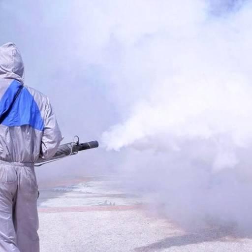 A termonebulização FOG é aplicada por um compressor FOG que possui um carburador, um escapamento e uma vela de ignição que realiza a queima de ar mais combustível gerando uma pressão direcionada ao reservatório contendo a calda inseticida e consequentemente formando uma névoa muito semelhante a uma densa fumaça.