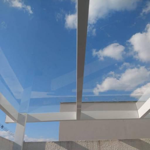 Comprar o produto de Cobertura em vidro temperado e alumínio branco em Coberturas pela empresa André Vidros em Tietê, SP por Solutudo