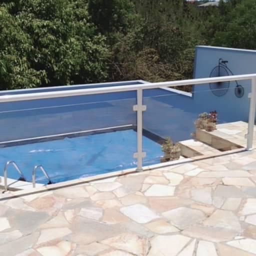 Comprar o produto de Proteção para piscina em vidro temperado e alumínio branco em Piscinas pela empresa André Vidros em Tietê, SP por Solutudo