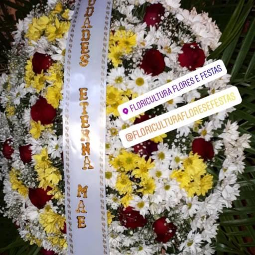 Coroa de Flores  em Foz do Iguaçu, PR por Floricultura Flores & Festas