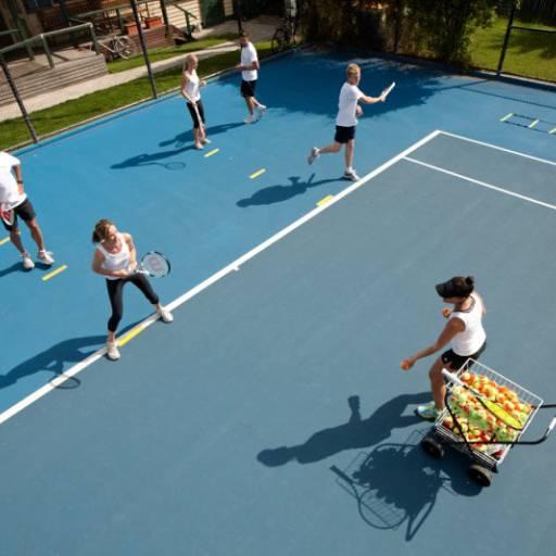 Comprar o produto de Aulão (grupo até 8 pessoas) em Aulas de Tennis pela empresa Léo Tennis em Atibaia, SP por Solutudo